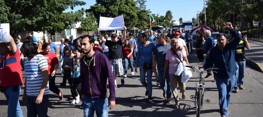 Miles de personas salieron el sábado a las calles en varias partes de México para protestar por el...
