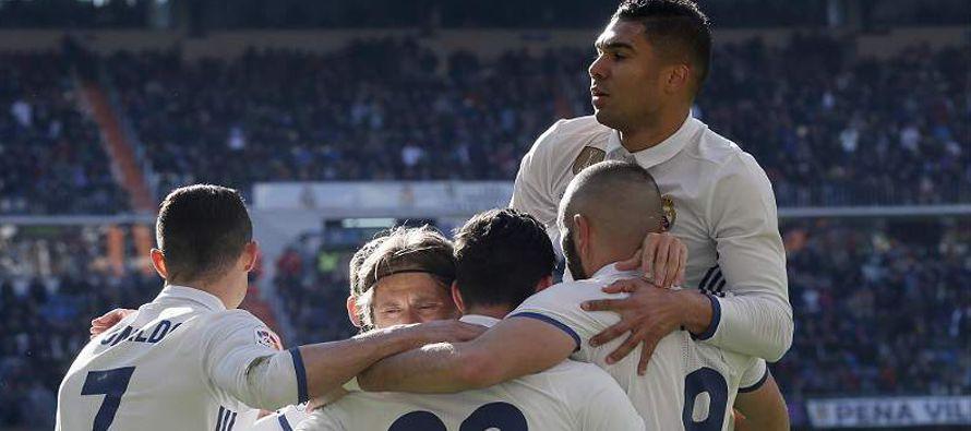 El Real Madrid goleó el sábado 5-0 en casa al Granada por la liga española de fútbol e igualó el...