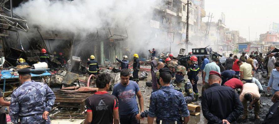En la primera explosión, el atacante condujo el coche a través de la puerta del mercado en el...