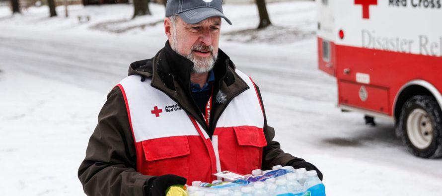 """El equipo de Cruz Roja ha ayudado asimismo a conductores en dificultades y ha entregado a sin techos que duermen en vertederos y contenedores de basura alimentos, mantas, ayuda de primera necesidad y cuidado médico.""""Instamos a la gente a permanecer en el"""