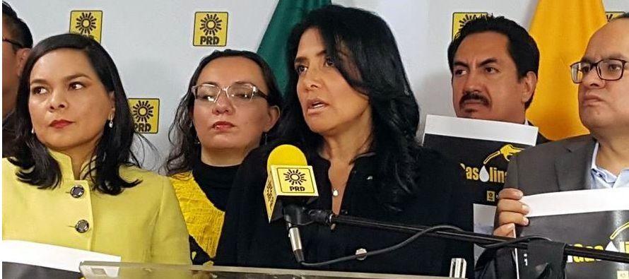 """En su turno de palabra, Raúl Flores, presidente del PRD en la Ciudad de México, remarcó que la reforma energética """"disparó el déficit"""" y apeló a atacar """"frontalmente la corrupción"""" que ha llevado a un desfalco en las arcas públicas de 260.000 millones de"""
