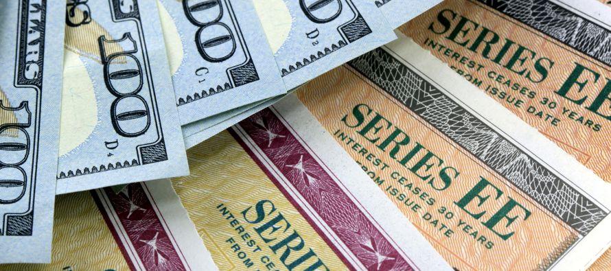 El declive de los rendimientos del lunes era mitigado debido a que algunos inversores se preparaban para la oferta de esta semana de bonos gubernamentales a largo plazo. El Tesoro subastará 24,000 millones de dólares en notas a tres años, 20,000 millones