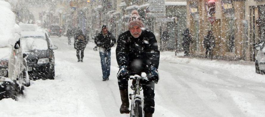 Dos hombres sin hogar murieron congelados en Eslovaquia el fin de semana y el clima causó retrasos en el servicio ferroviario y cierre de caminos en el norte del país, incluso interrumpiendo el funcionamiento de algunos funiculares en centros de esquí en
