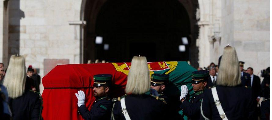 Ataviado con un clavel rojo en la chaqueta, -el símbolo de la Revolución de los Claveles-, João...