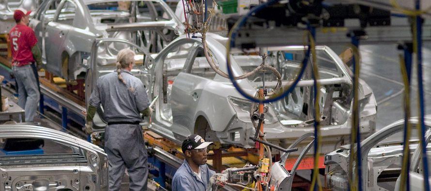 General Motors (GM) mejoró hoy sus expectativas económicas al señalar que espera unas ganancias por acción para 2016 de entre 5,5 y 6 dólares, y para 2017 de entre 6 y 6,5 dólares, por encima de lo calculado por los analistas.