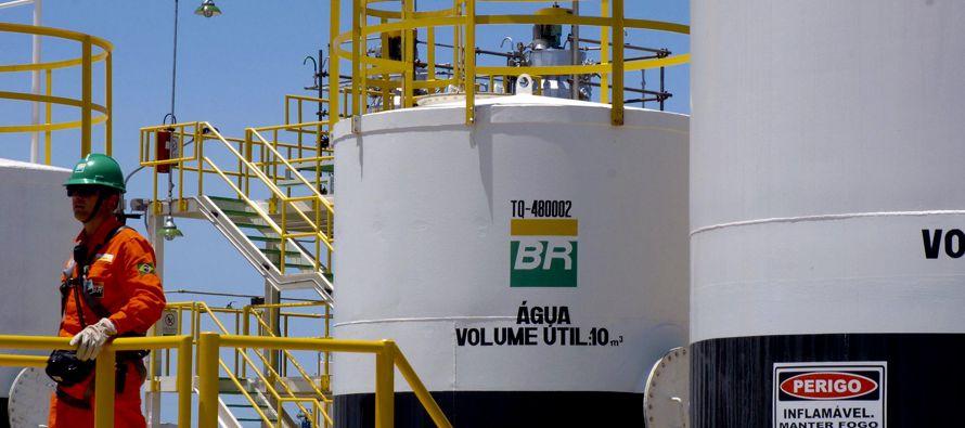 La petrolera, la mayor empresa de Brasil, señaló que la producción en la zona del presal, en aguas...