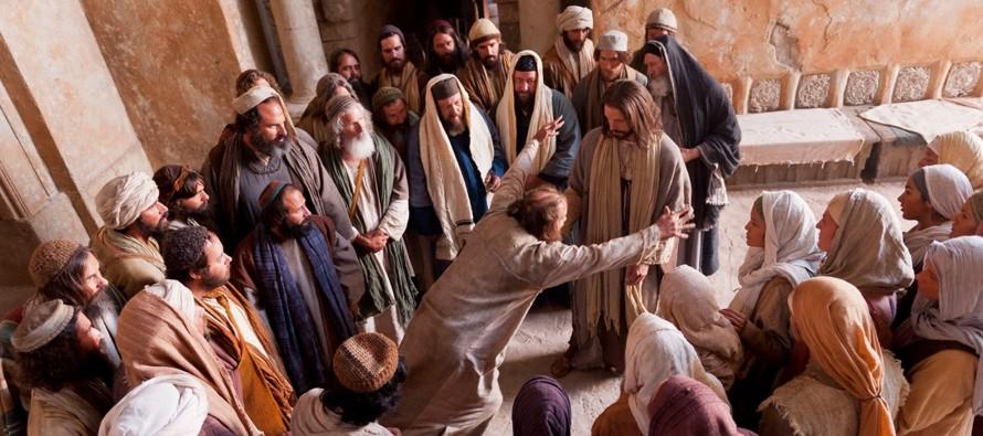 Marcos empieza señalando la conmoción que produce Jesús entre la gente. No bien vuelve a su casa,...