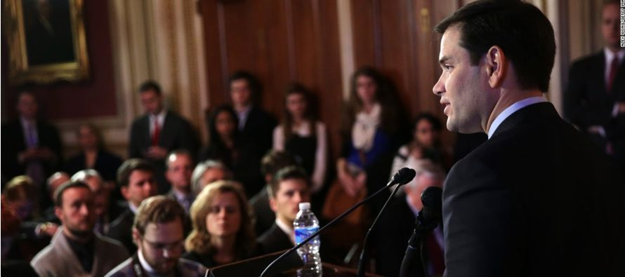 Los senadores republicanos Lindsey Graham, John McCain y Marco Rubio, junto a los demócratas Ben...