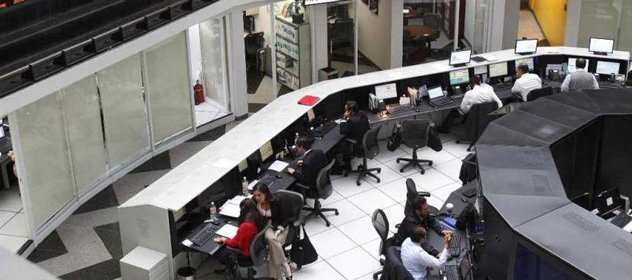 """Las acciones están listadas en la Bolsa Mexicana de Valores (BMV) bajo la clave """"GCC×"""", y..."""