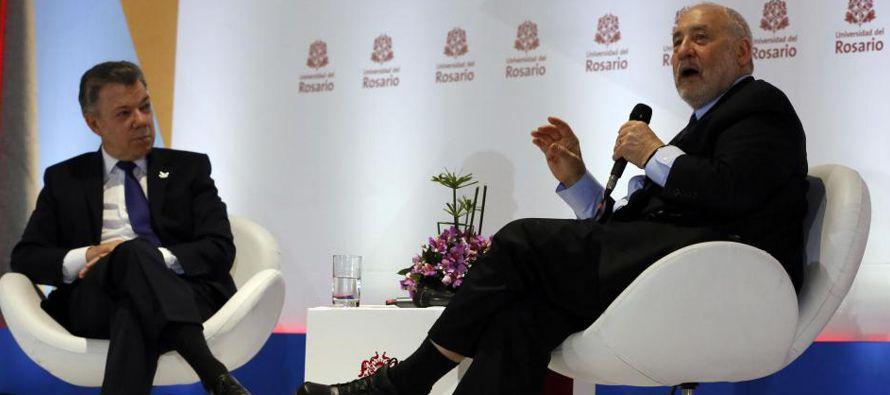 El presidente de Colombia, Juan Manuel Santos, y el economista estadounidense Joseph Stiglitz...
