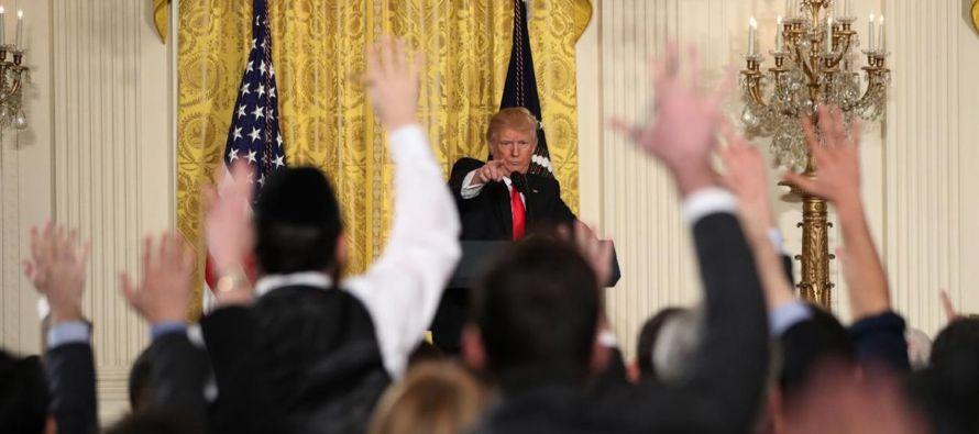 """Durante su conferencia de prensa, el presidente siguió quejándose de las """"noticias falsas"""" provistas por reporteros """"deshonestos"""". Criticó a organizaciones noticiosas individuales, reporteros e historias, diciendo que eran una """"desgracia"""", que estaban """"de"""