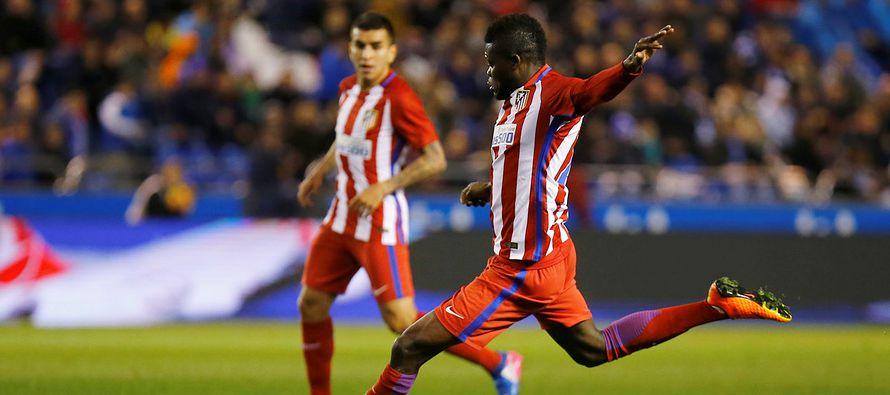 Torres quedó tendido en la cancha del estadio Riazor y quedó conmocionado tras el fuerte golpe que...