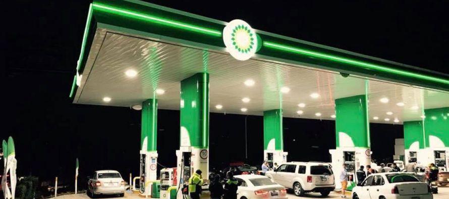 Numerosos automovilistas hacían fila el sábado para comprar combustible en la primera gasolinera...