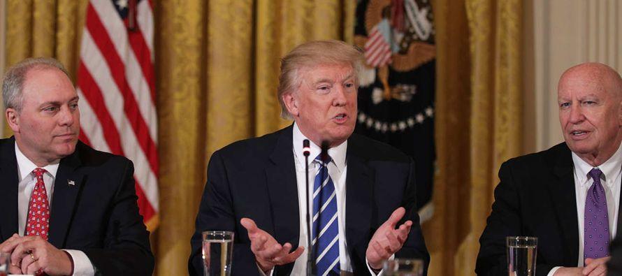 El presidente Donald Trump dijo a los estadounidenses que en cuestiones sanitarias lo hará todo:...