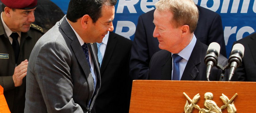 El presidente guatemalteco, Jimmy Morales, estrecha la mano del subsecretario para Asuntos...