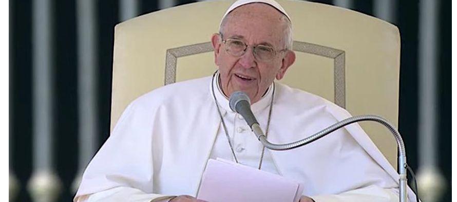 En la última audiencia del período invernal y en una jornada de sol en Roma, el papa Francisco...