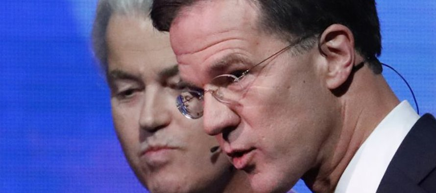El candidato derechista holandés Geert Wilders, izq, y el primer ministro holandés Mark Rutte, der,...