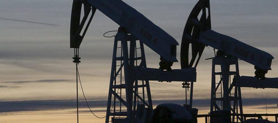La OPEP tendrá que extender sus recortes al bombeo para sostener una recuperación en los precios,...