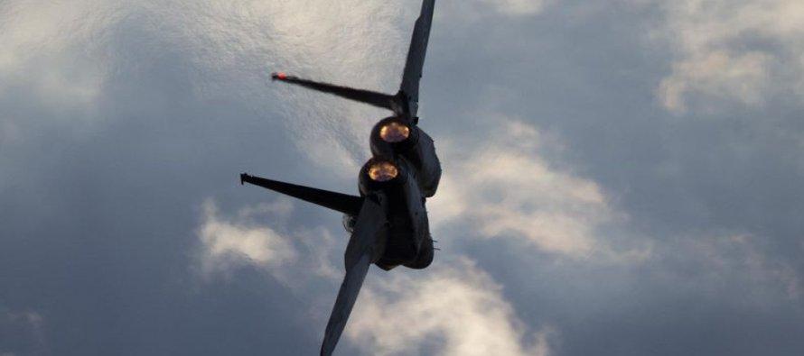 En esta imagen del jueves 29 de diciembre de 2016, un avión F-15 de la fuerza aérea israelí se...
