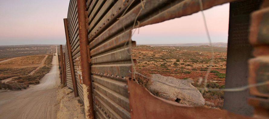 El gobierno de Donald Trump ofreció nuevos detalles sobre sus planes para erigir un muro de 10...