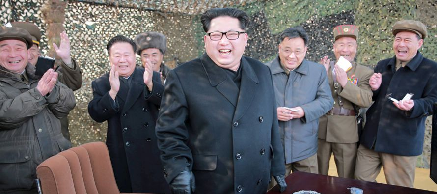 El líder de Corea del Norte, Kim Jong-un, supervisó el sábado la prueba en tierra de un motor para...
