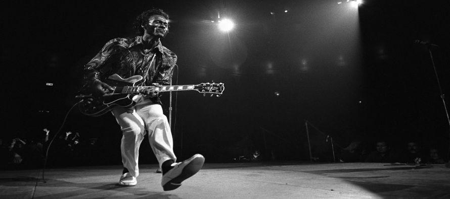 Mientras que Elvis Presley fue la primera estrella del rock pop adolescente, Berry fue su maestro...