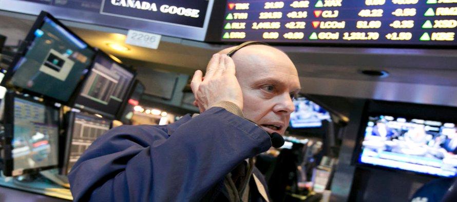 El S&P 500 y el Dow Jones cayeron después que el director del FBI, James Comey, dijo en una...