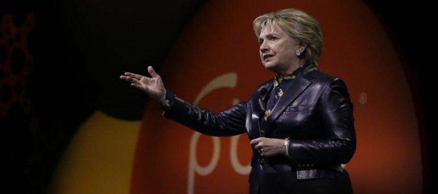 Clinton ataca a gobierno de Trump en discurso ante mujeres