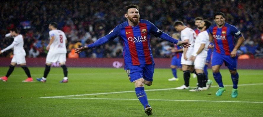 El jugador del Barcelona, Lionel Messi, festeja un gol contra Sevilla por la liga española el...