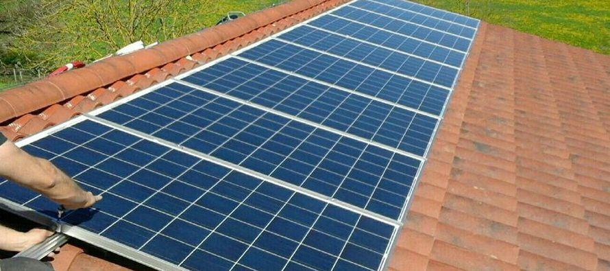 Las inversiones en energía generada por combustibles fósiles se redujeron a la mitad comparada con...