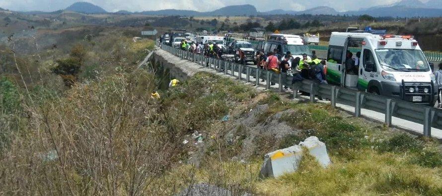 19 mayo 2008 - Hasta 28 personas pierden la vida al caer un autobús a un barranco en Hidalgo.