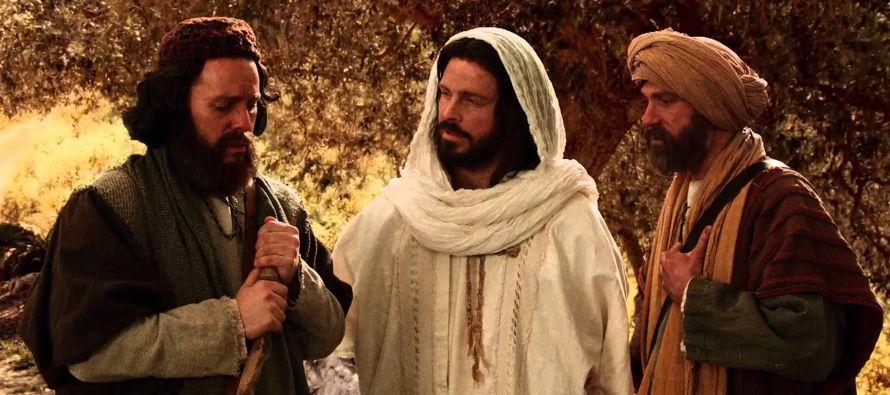 Al acercarse al pueblo a donde iban, Él hizo ademán de seguir adelante. Pero ellos le forzaron...