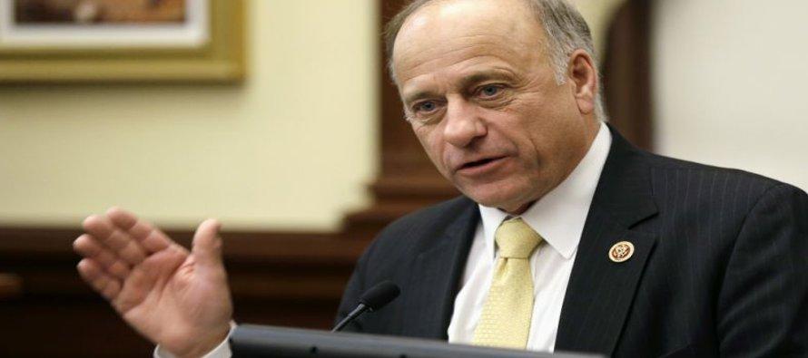 El DACA, promulgado por el expresidente Barack Obama, protege de las deportaciones a ciertos...