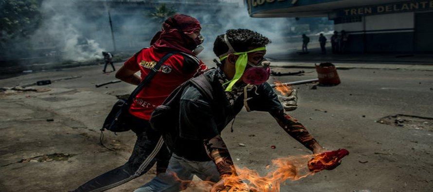 Un cordón policial dividió a Caracas y marcó las diferencias entre las marchas que se realizaron en...