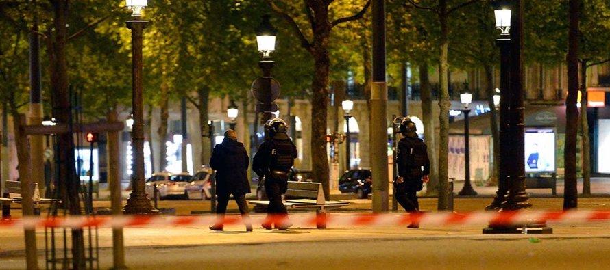 Según las primeras informaciones, los Campos Elíseos de París fueron evacuados por la Policía tras...