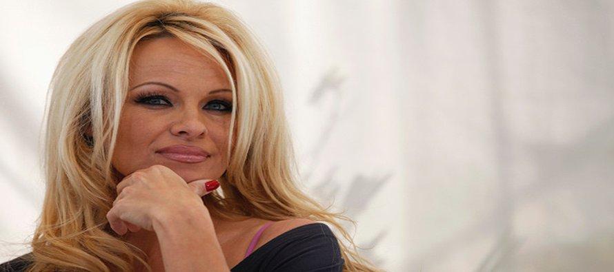 Pamela Anderson crítica la política de EU y el Reino Unido con un poema