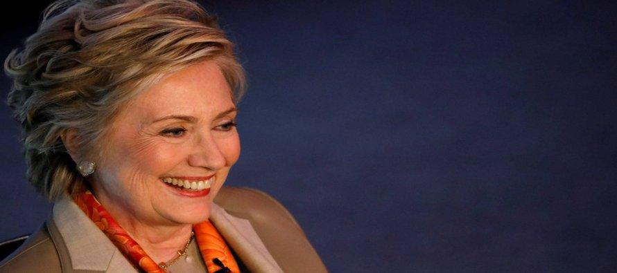 Clinton analizó el resultado electoral y los primeros tres meses de Trump durante una conferencia...