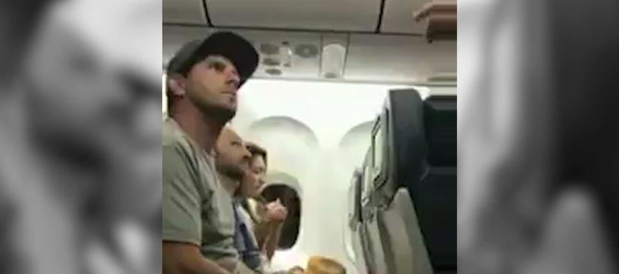 Delta Airlines expulsó de un avión a una pareja y su hijo de dos años por ocupar éste un asiento...