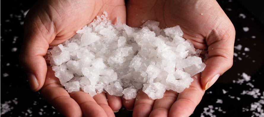 Si ingieres mucha sal -cloruro de sodio- te da sed y tomas agua, por lo que tu sangre se diluye lo...