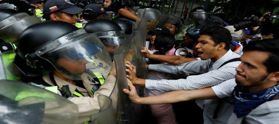 En Venezuela, que cuenta con las reservas probadas de petróleo más grandes del mundo, la escasez de...