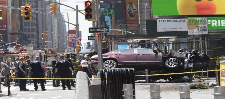 El coche es un Honda Accord que ha acabado empotrado en una barrera en la Séptima Avenida con la...
