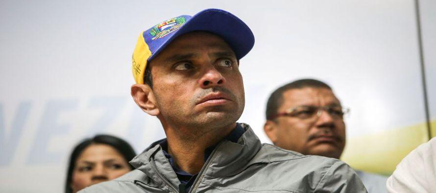 En una transmisión en vivo a través de redes sociales, Capriles mostró cómo era escoltado por un...