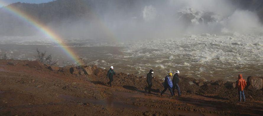 El nivel de agua de la presa de Oroville en California disminuye, aunque las autoridades temen que...