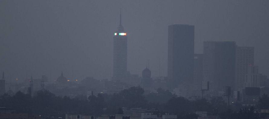 Una nata café cubre el cielo de la Ciudad de México. Lo tapa todo. Dibuja un aura tóxica sobre el...