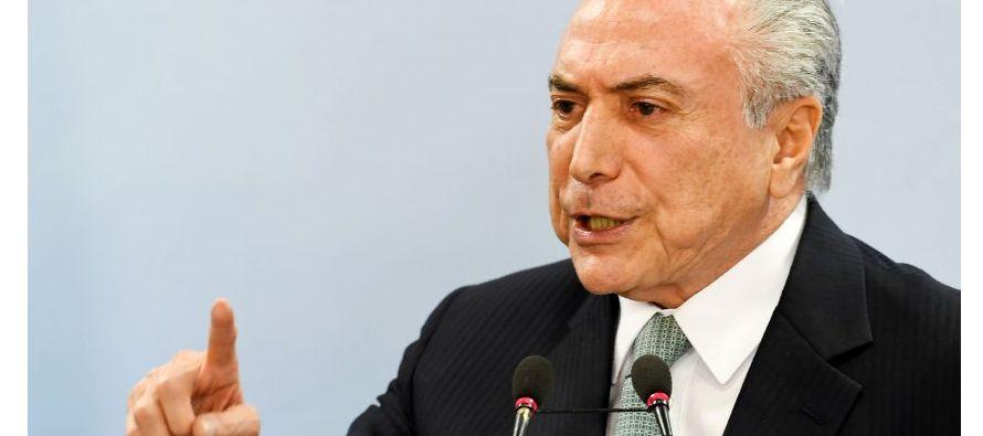 El presidente de Brasil y el excandidato presidencial Aecio Neves actuaron conjuntamente para...