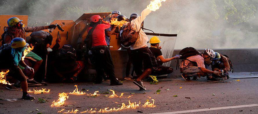 Un video, que se divulgó en redes sociales, muestra el convoy cubierto en llamas. Según quien narra...