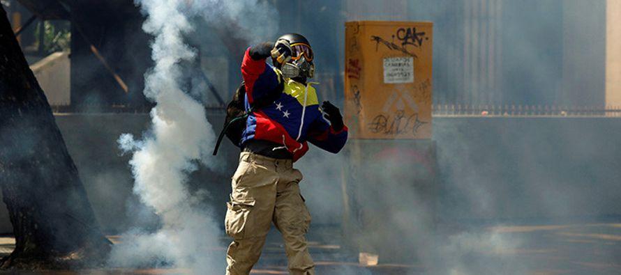 """""""La sociedad se ha convertido en rehén de una dura confrontación política, cuya intensidad..."""