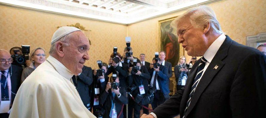 En su reunión el mes pasado, Francisco le dio al presidente estadounidense, Donald Trump, una copia...