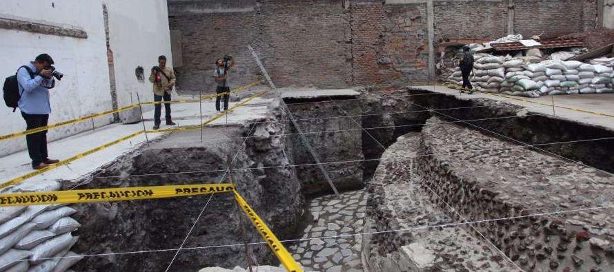 Algunos de los estucos blancos originales permanecen visibles en partes del templo, construido...
