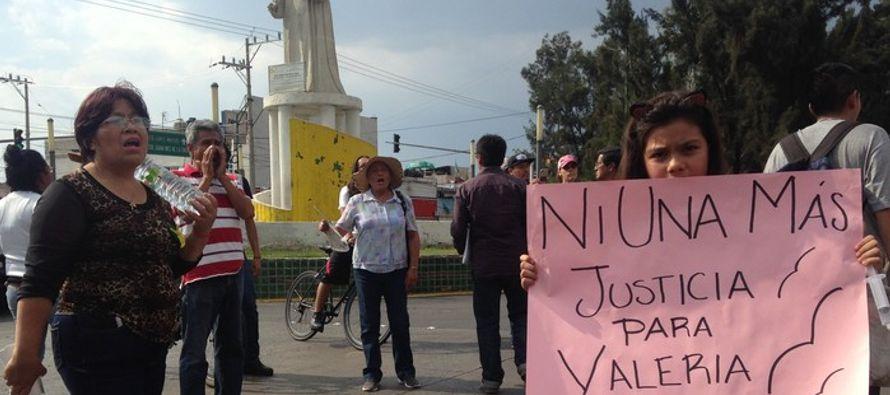 Durante una marcha que cruzó la avenida Sor Juana Inés de la Cruz y llegó a la alcaldía de esta...